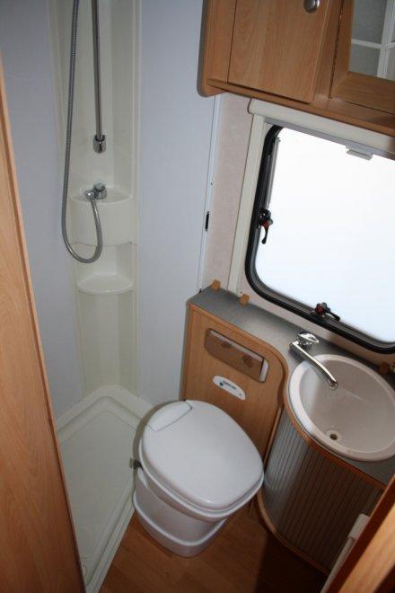 Санузел: биотуалет, раковина, душ